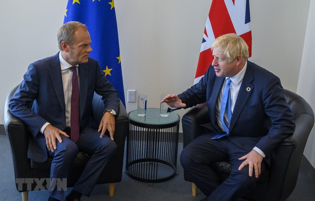Trong ảnh: Chủ tịch Hội đồng châu Âu Donald Tusk (trái) trong cuộc gặp Thủ tướng Anh Boris Johnson bên lề khóa họp Đại hội đồng LHQ tại thành phố New York, Mỹ ngày 23/9/2019. (Nguồn: AFP/TTXVN)