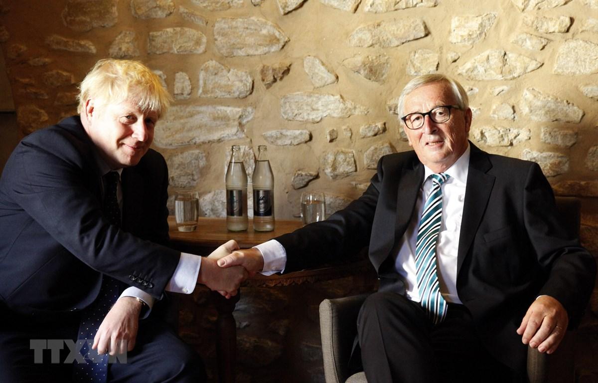 Trong ảnh: Chủ tịch Ủy ban châu Âu (EC) Jean-Claude Juncker (phải) và Thủ tướng Anh Boris Johnson trong cuộc gặp tại Luxembourg ngày 16/9/2019. (Nguồn: AFP/ TTXVN)