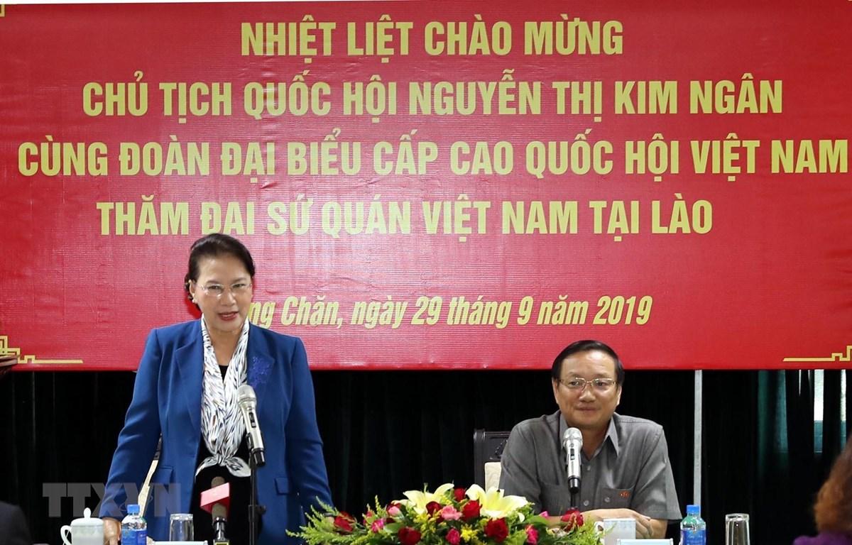 Chủ tịch Quốc hội Nguyễn Thị Kim Ngân thăm, làm việc tại Đại sứ quán Việt Nam tại Lào. (Ảnh: Trọng Đức/TTXVN)