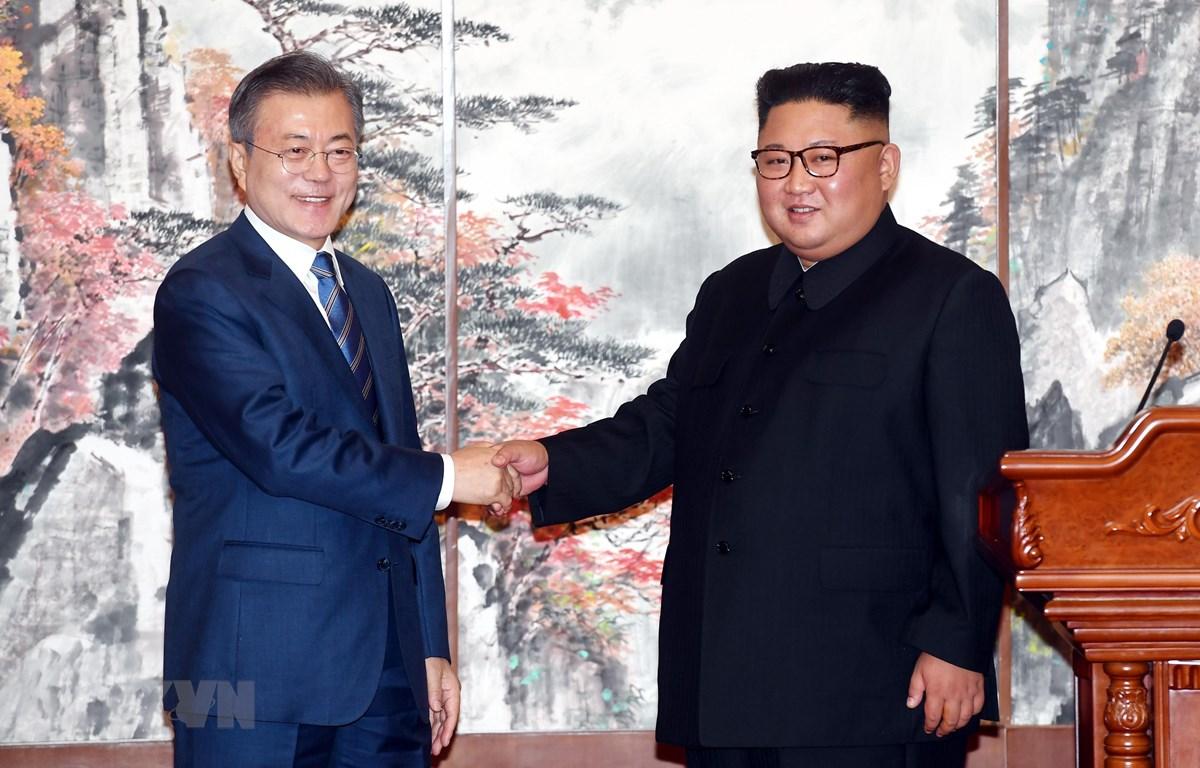 Trong ảnh (tư liệu): Nhà lãnh đạo Triều Tiên Kim Jong-un (phải) và Tổng thống Hàn Quốc Moon Jae-in tại hội nghị thượng đỉnh liên Triều lần thứ 3 ở Bình Nhưỡng ngày 19/9/2018. (Nguồn: AFP/TTXVN)