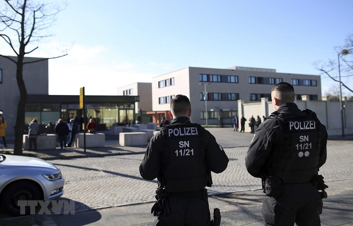 Trong ảnh (tư liệu): Cảnh sát Đức gác bên ngoài Tòa án cấp cao ở Dresden, miền Đông Đức, nơi diễn ra phiên xét xử một nghi phạm cực đoan, ngày 18/3/2019. (Nguồn: AFP/TTXVN)