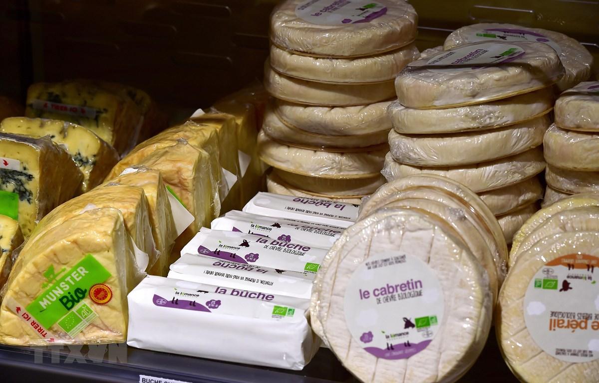 Pho mát được bày bán tại một siêu thị ở Saintes, Pháp. (Nguồn: AFP/TTXVN)