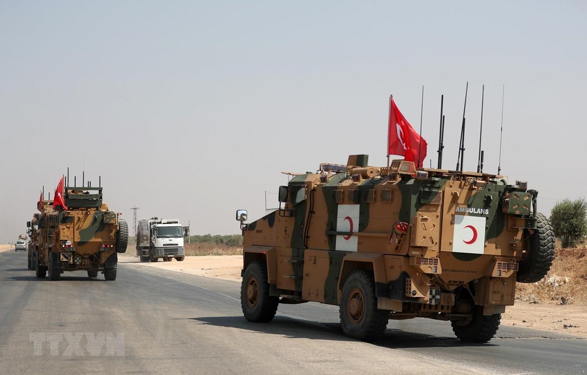 Xe quân sự của Thổ Nhĩ Kỳ qua thị trấn Saraqib, tỉnh Idlib, tây bắc Syria ngày 29/8/2019. (Nguồn: AFP/TTXVN)