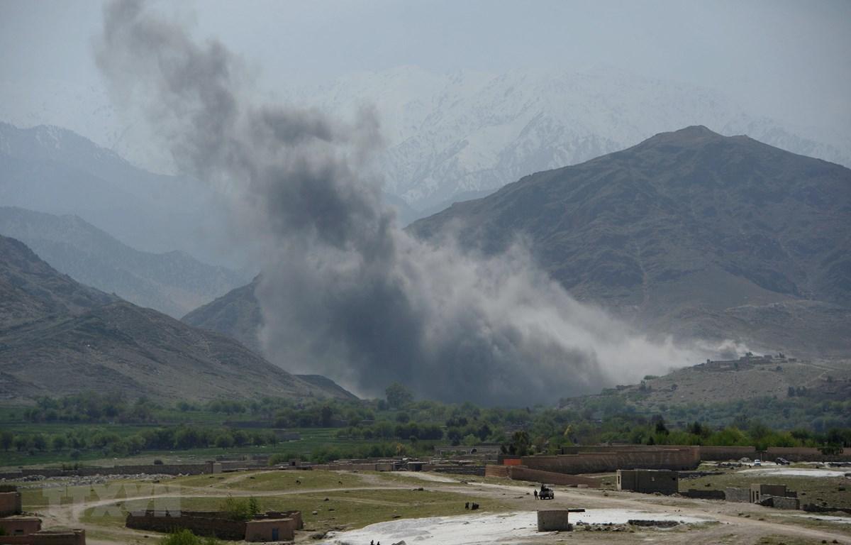 Khói bốc lên sau một cuộc không kích của Mỹ tại tỉnh Nangarhar, Afghanistan. (Nguồn: AFP/TTXVN)