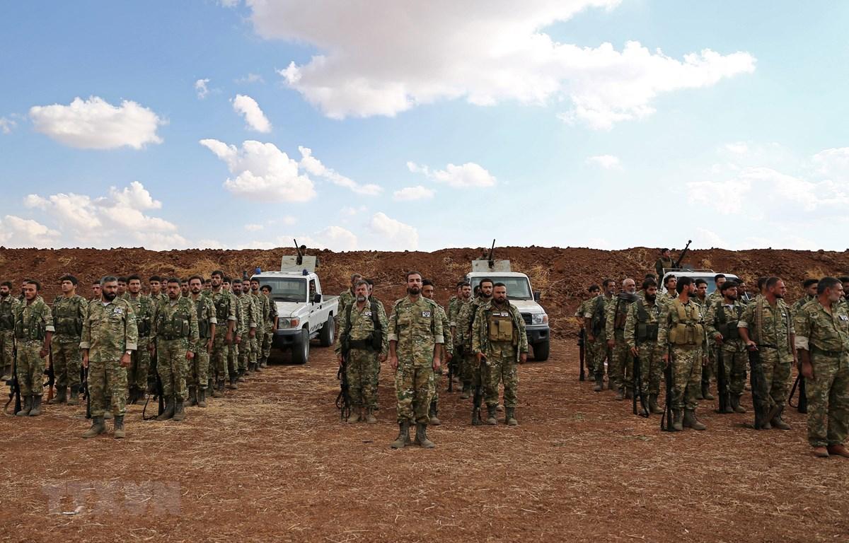 Các tay súng Syria ủng hộ Thổ Nhĩ Kỳ tập trung ở khu vực biên giới phía Bắc tỉnh Aleppo (Syria), ngày 7/10/2019. (Nguồn: AFP/TTXVN)