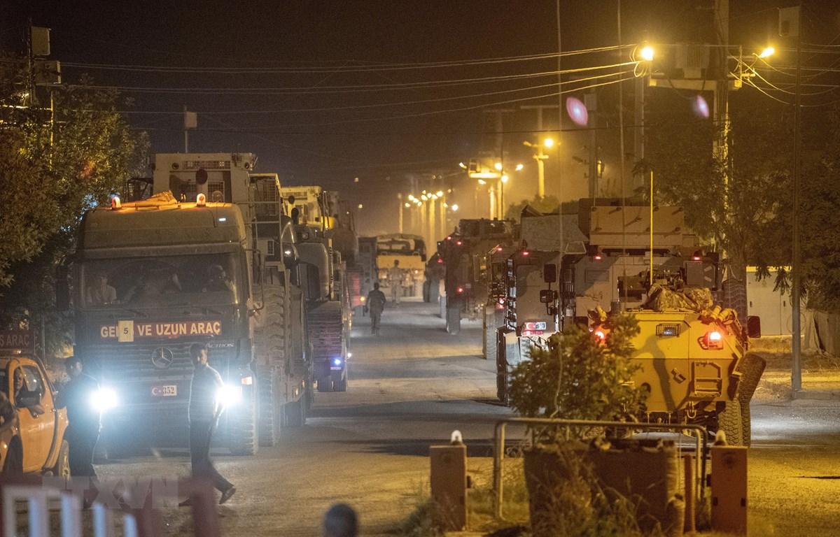 Đoàn xe quân sự của Thổ Nhĩ Kỳ di chuyển gần thị trấn Akcakale thuộc tỉnh Sanliurfa, hướng tới biên giới Syria, ngày 8/10/2019. (Nguồn: AFP/TTXVN)