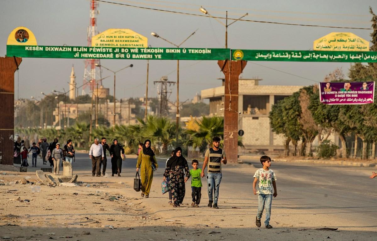 Người dân Syria sơ tán sau khi quân đội Thổ Nhĩ Kỳ oanh kích thị trấn Ras al-Ain, tỉnh Hasakah, giáp giới Thổ Nhĩ Kỳ trong chiến dịch tấn công lực lượng người Kurd tại Đông Bắc Syria, ngày 9/10/2019. (Nguồn: AFP/TTXVN)