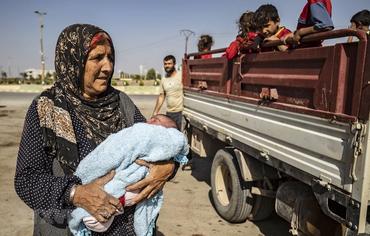 Người dân Syria sơ tán tới Tall Tamr thuộc tỉnh Hasakeh khi quân đội Thổ Nhĩ Kỳ tấn công các tay súng người Kurd ở các thị trấn miền Đông Bắc Syria, dọc biên giới Thổ Nhĩ Kỳ ngày 10/10/2019. (Nguồn: AFP/TTXVN)