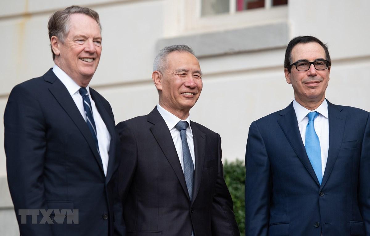 Bộ trưởng Tài chính Mỹ Steven Mnuchin (phải), Đại diện Thương mại Mỹ Robert Lighthizer (trái) và Phó Thủ tướng Trung Quốc Lưu Hạc (giữa) tại vòng đàm phán ở Washington DC, Mỹ, ngày 10/10. (Nguồn: AFP/TTXVN)