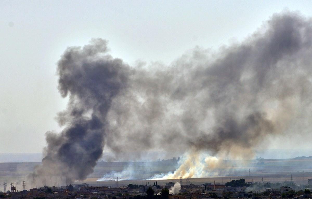 Khói bốc lên sau cuộc tấn công của quân đội Thổ Nhĩ Kỳ nhằm vào các tay súng người Kurd tại Đông Bắc Syria ở thành phố Ras al-Ain (Syria) ngày 12/10/2019. (Nguồn: THX/TTXVN)