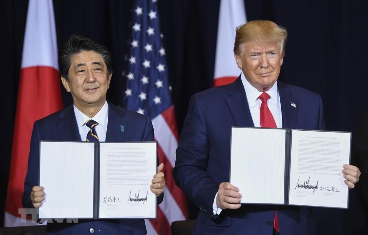 Thủ tướng Nhật Bản Shinzo Abe và Tổng thống Mỹ Donald Trump tại lễ ký thỏa thuận thương mại song phương ở New York của Mỹ ngày 25/9. (Nguồn: AFP/TTXVN)