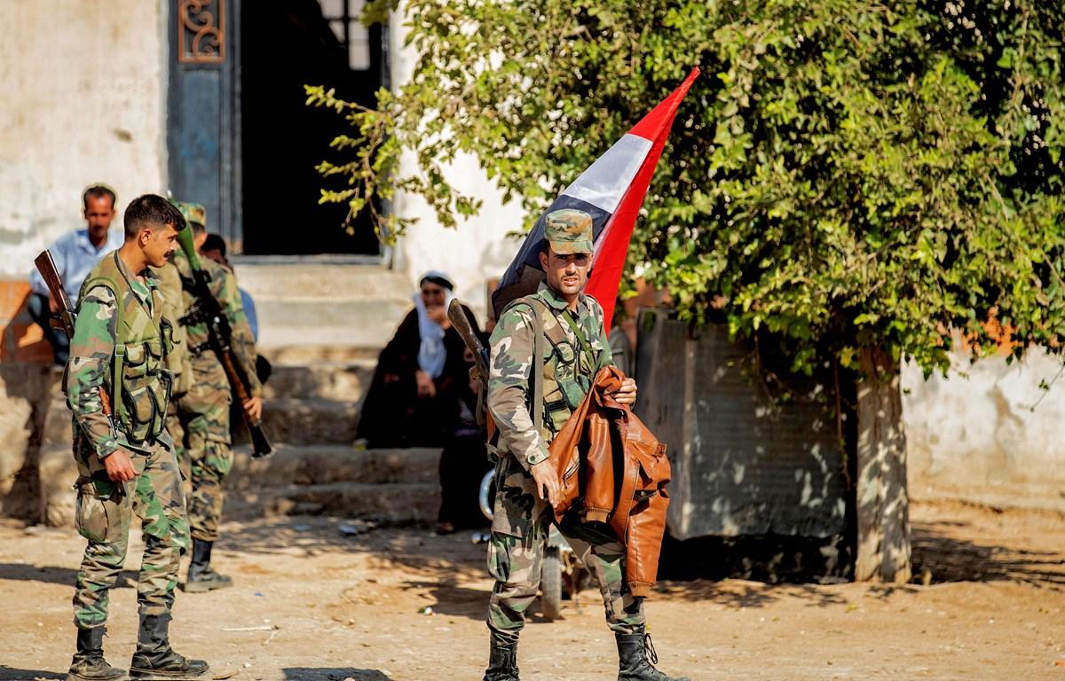 Quân đội Syria tuần tra tại tuyến đường dẫn vào thị trấn Tal Tamr ngày 14/10/2019. (Nguồn: AFP/TTXVN)