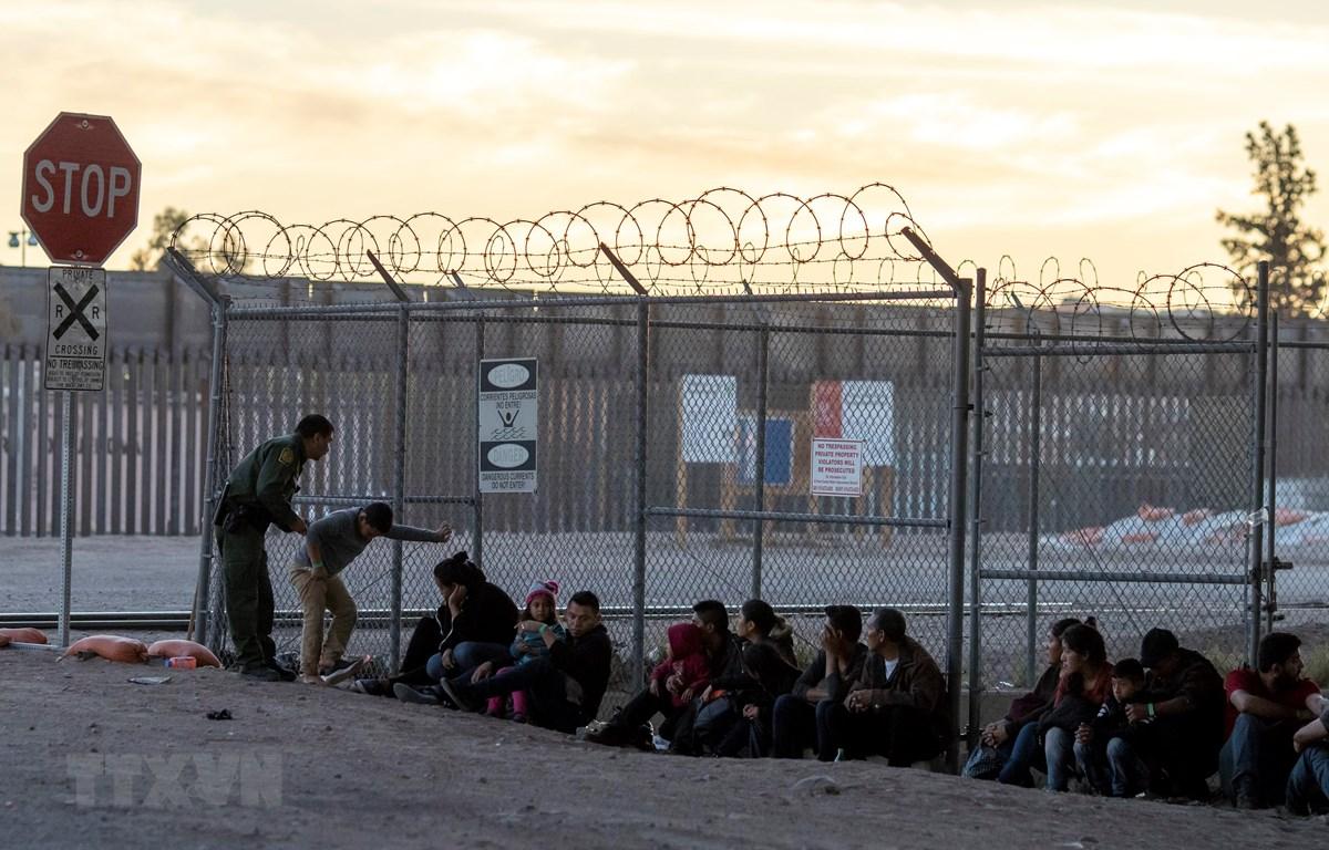 Lực lượng biên phòng Mỹ bắt giữ một nhóm người di cư gần Cầu quốc tế Paso Del Norte, nối giữa các thành phố biên giới Mỹ và Mexico ngày 18/4/2019. (Nguồn: AFP/TTXVN)