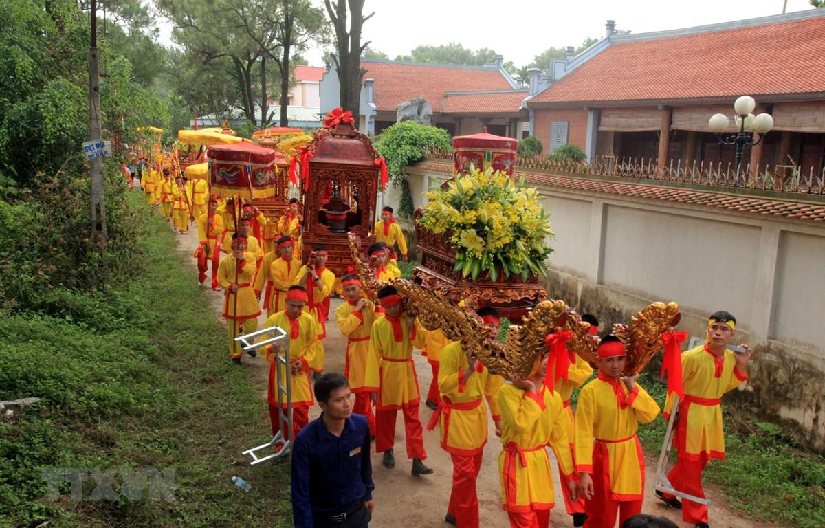 Đoàn rước nước từ hồ Côn Sơn về chùa Côn Sơn. (Ảnh: Mạnh Tú/TTXVN)
