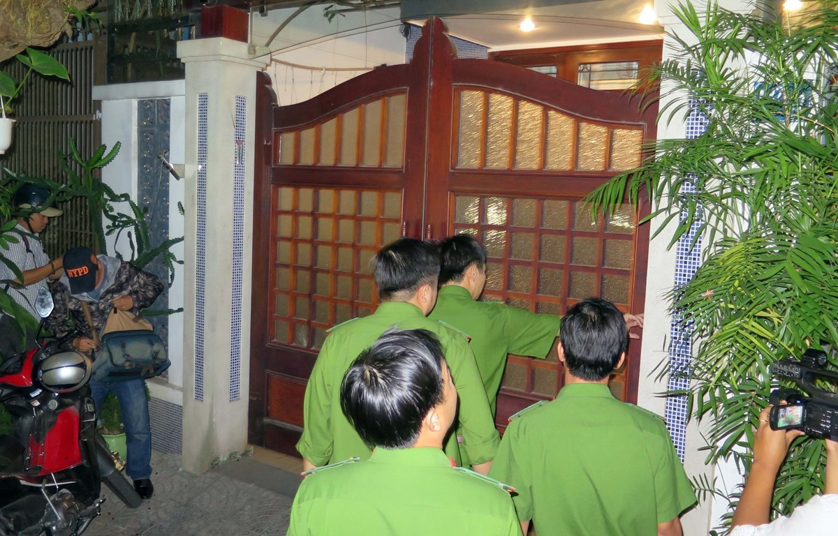 """Cơ quan chức năng khám nhà một số cá nhân liên quan đến Vũ """"nhôm"""" (Ảnh: Nguyễn Sơn/TTXVN)"""