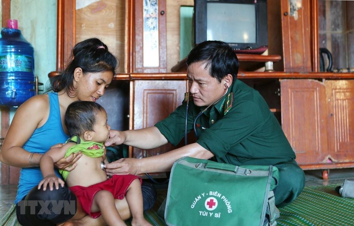 Cán bộ quân y đồn Biên phòng Cửa khẩu quốc tế Lệ Thanh (Gia Lai) thăm khám và cấp phát thuốc cho đồng bào dân tộc khu vực biên giới. (Ảnh minh họa: Dương Giang/TTXVN)