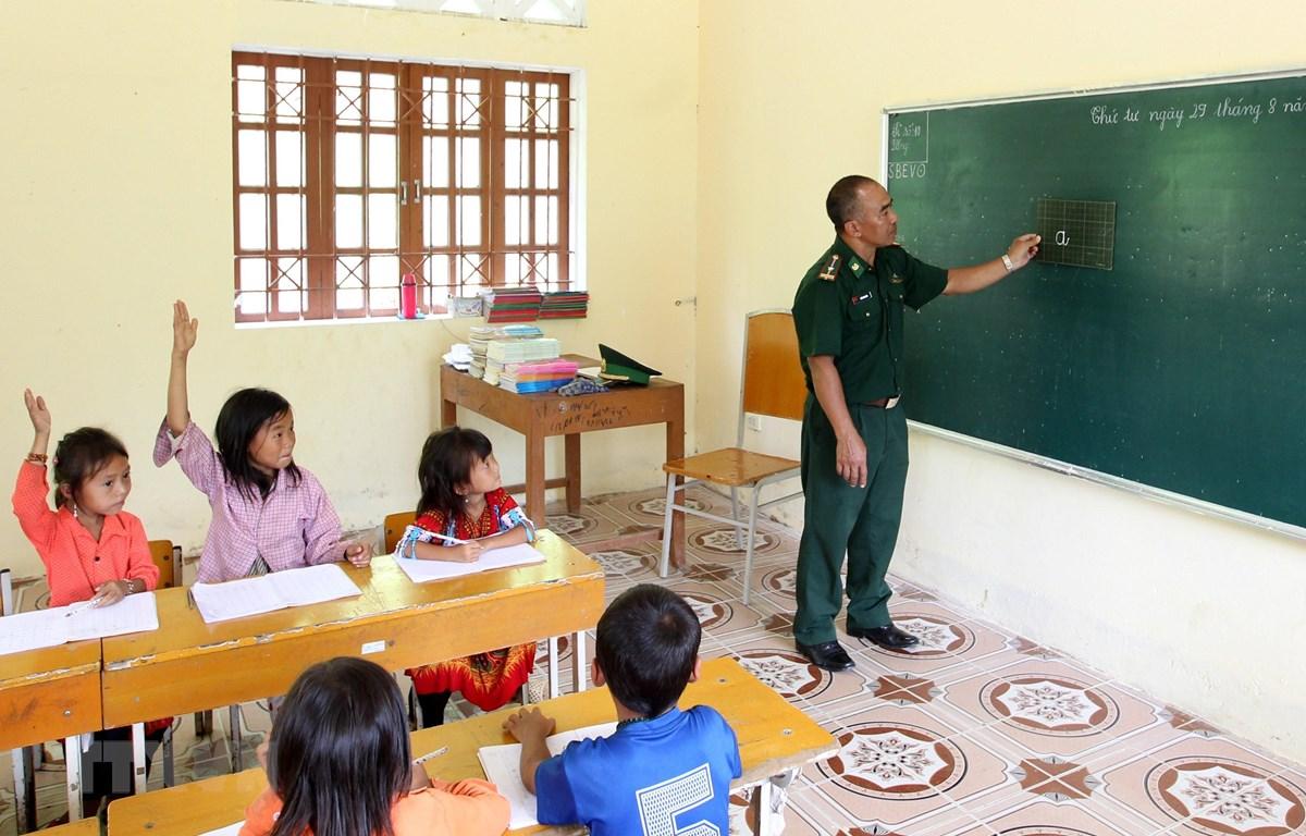 Thầy giáo quân hàm xanh thuộc đồn biên phòng A Mú Sung, huyện Bát Xát, Lào Cai dạy học cho các em học sinh tại điểm trường Phù Lao Chải. (Ảnh minh họa: Quốc Khánh/TTXVN)