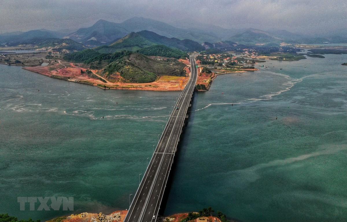 Cao tốc Hạ Long-Vân Đồn nhìn từ trên cao. (Ảnh: TTXVN phát)