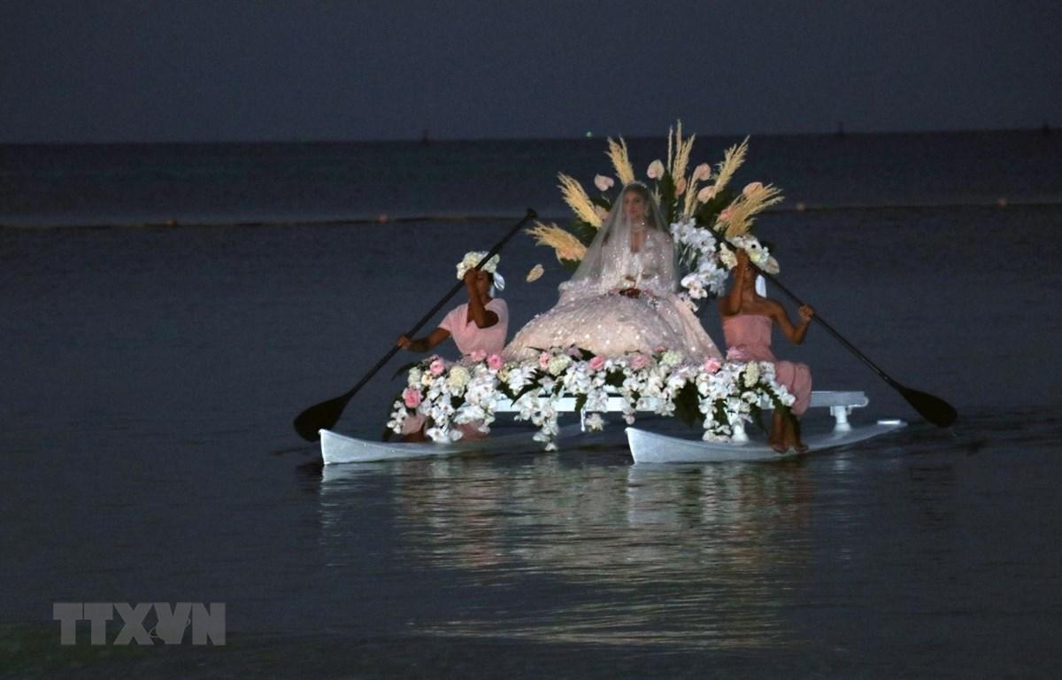 Cô dâu trên thuyền từ ngoài biển khơi tiến vào bờ trong nghi lễ đám cưới. (Ảnh: Lê Huy Hải/TTXVN)