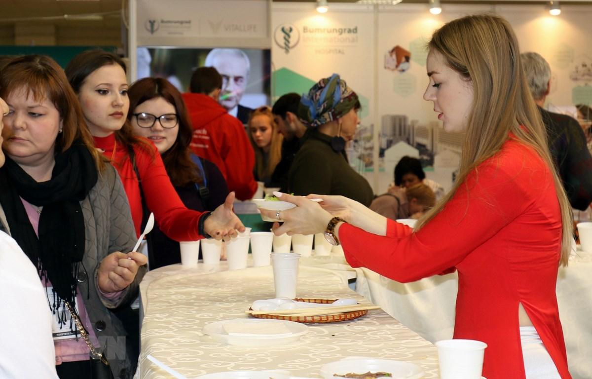Khách tham quan Nga và quốc tế xếp hàng chờ thưởng thức ẩm thực Việt. (Ảnh: Dương Trí/TTXVNa)