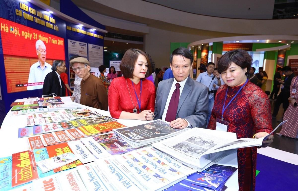 Tổng giám đốc TTXVN Nguyễn Đức Lợi xem gian trưng bày các ấn phẩm của TTXVN tại Hội báo toàn quốc 2019. (Ảnh: Minh Quyết/TTXVN)