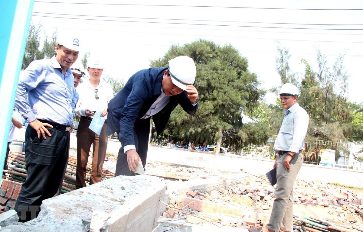 Thứ trưởng Lê Quang Hùng khảo sát thực tế tại hiện trường vụ tai nạn. (Ảnh: Lê Thúy Hằng/TTXVN)