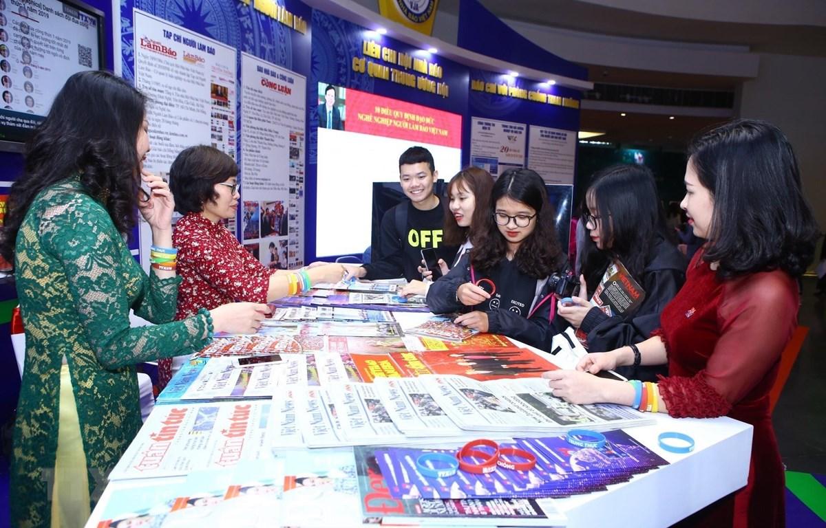 Đại biểu, khách đến thăm gian trưng bày các ấn phẩm của TTXVN tại Hội báo toàn quốc 2019. (Ảnh: Minh Quyết/TTXVN)
