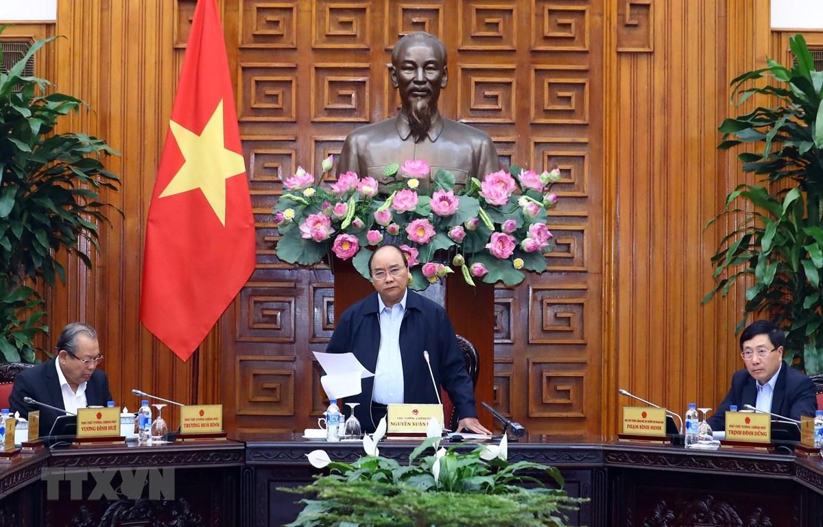 Thủ tướng Nguyễn Xuân Phúc chủ trì cuộc họp bàn giải pháp tháo gỡ khó khăn cho sản xuất, kinh doanh, thúc đẩy tăng trưởng kinh tế. (Ảnh: Thống Nhất/TTXVN)