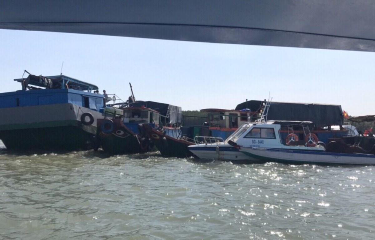 Lực lượng chức năng huyện cần Giờ triển khai phương tiện cứu hộ các nạn nhân chìm tàu trên biển Cần Giờ. (Ảnh:TTXVN phát)