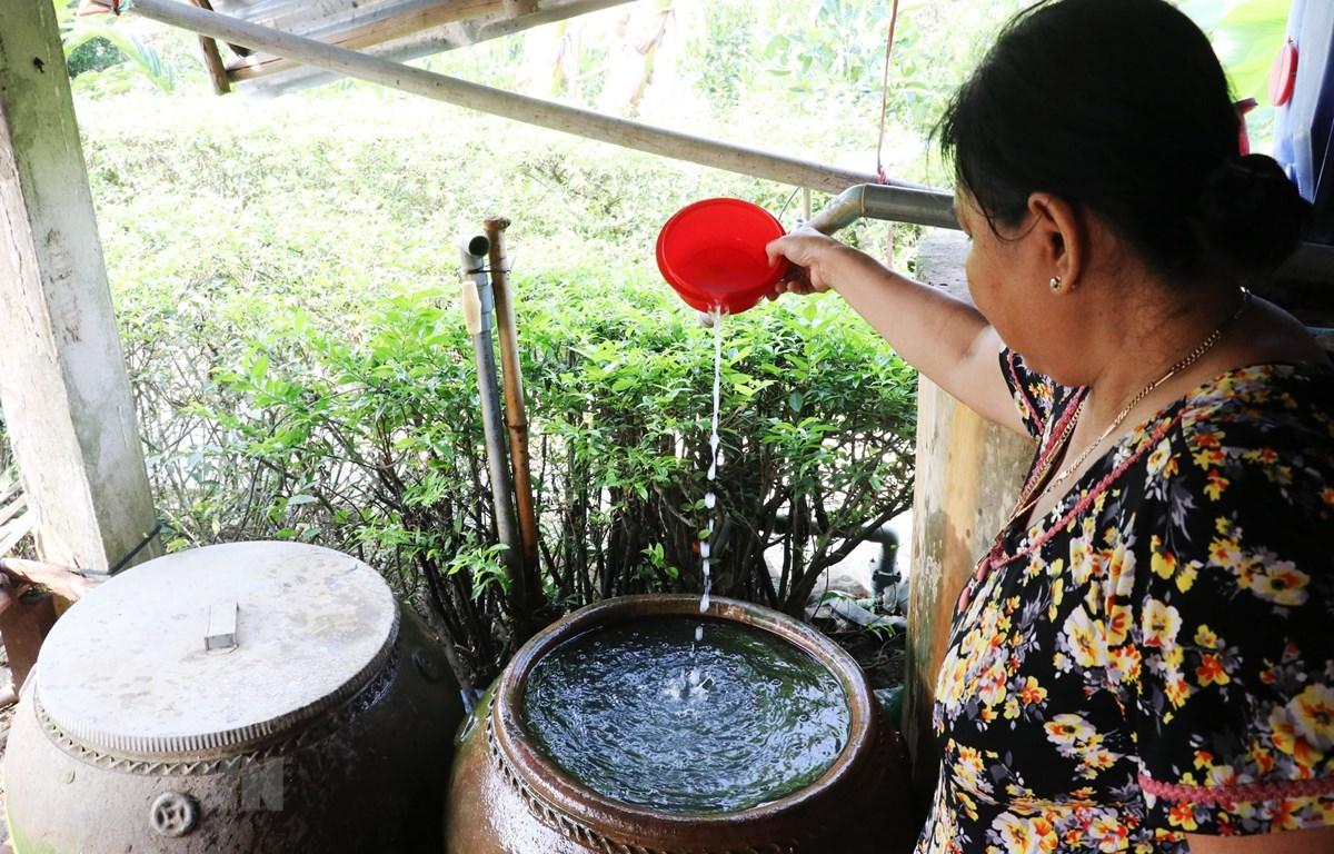 Người dân một số xã trên địa bàn huyện Tân Phước (Tiền Giang) sử dụng thuốc làm sạch nước để sinh hoạt hàng ngày. (Ảnh: Nam Thái/TTXVN)
