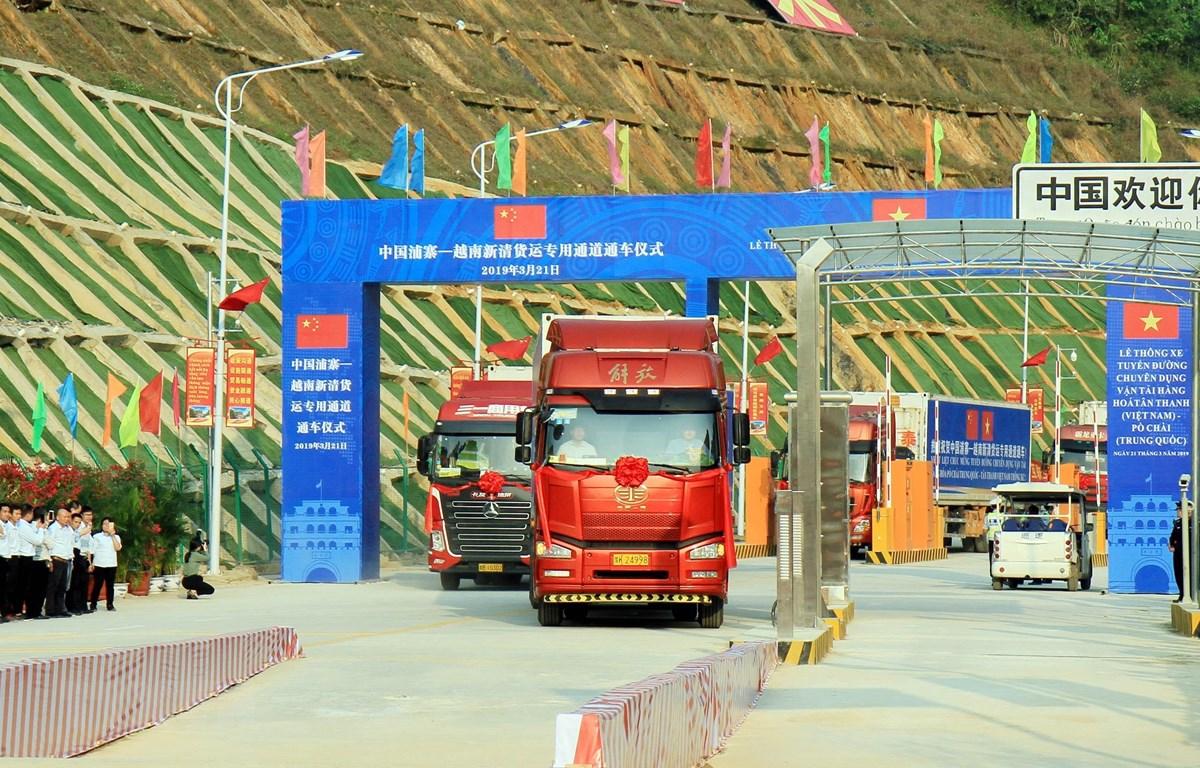 Xe vận tải hàng hóa từ Trung Quốc nhập khẩu vào Việt Nam. (Ảnh: Thái Thuần/TTXVN)