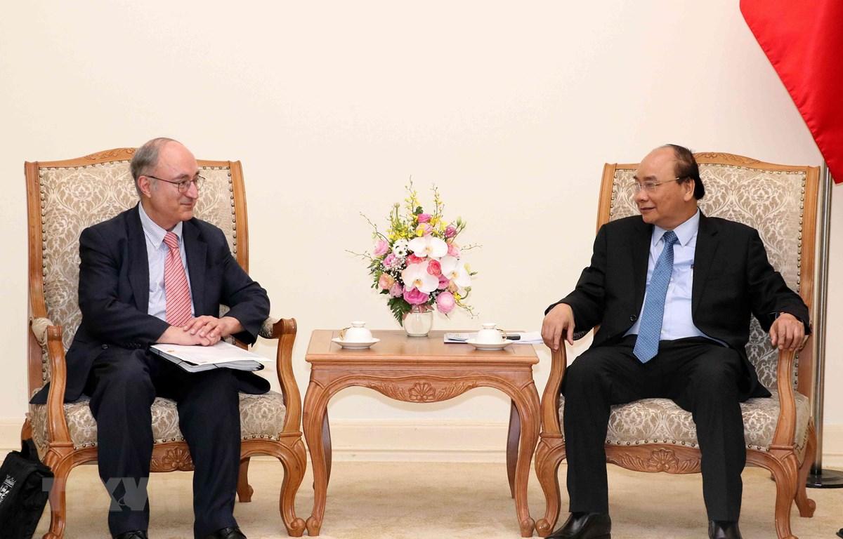 Thủ tướng Nguyễn Xuân Phúc tiếp Chủ tịch Tổ chức hỗ trợ đại học thế giới CHLB Đức. (Ảnh: Văn Điệp/TTXVN)