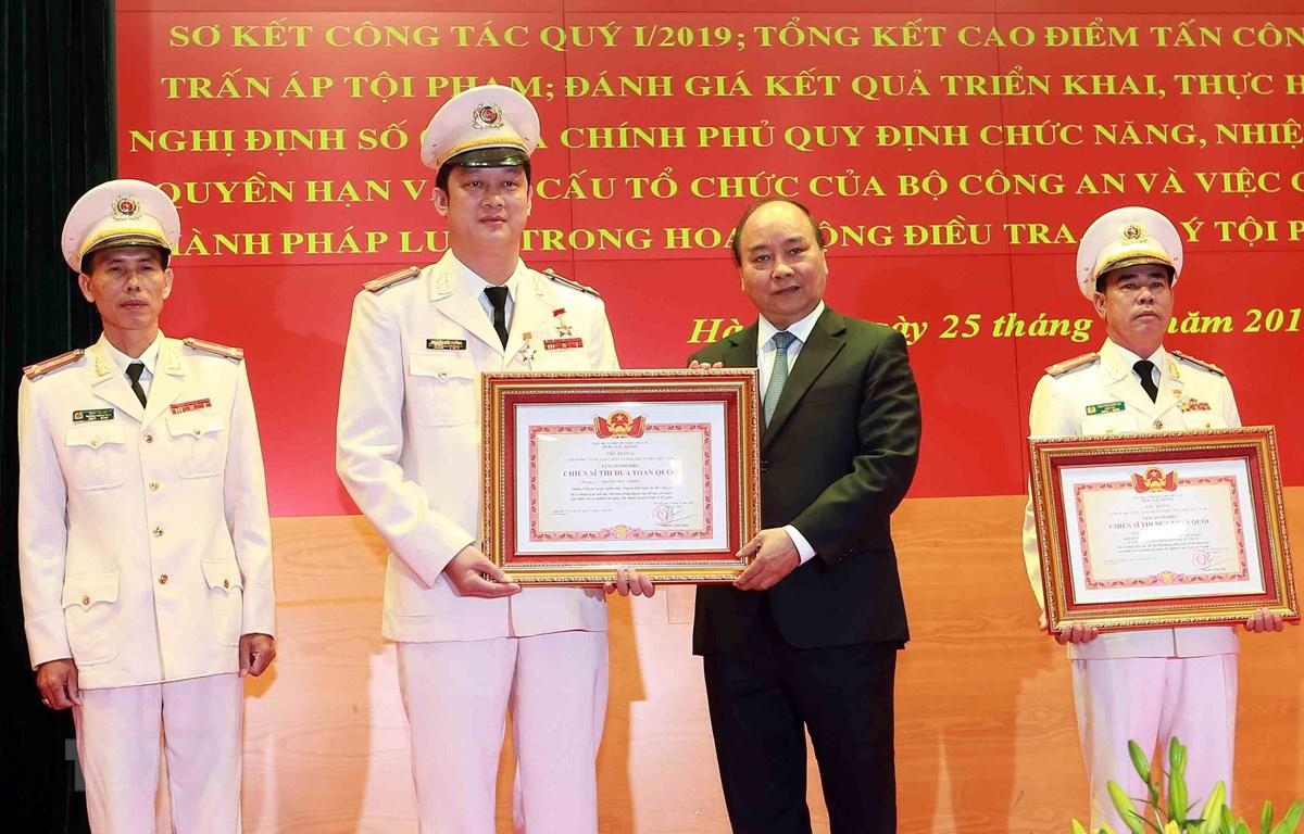 Thủ tướng Nguyễn Xuân Phúc trao danh hiệu Chiến sỹ thi đua toàn quốc năm 2018 cho các cá nhân của Bộ Công an đạt thành tích xuất sắc trong công tác. (Ảnh: Doãn Tấn/TTXVN)