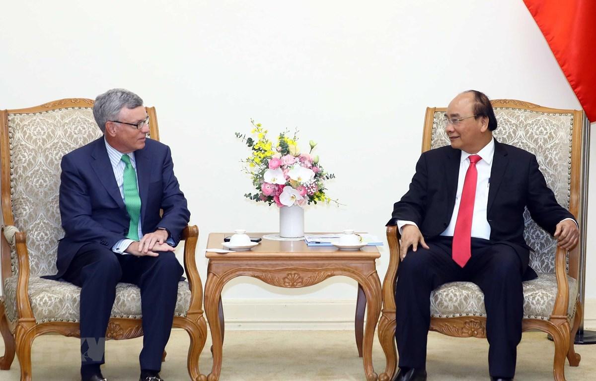 Thủ tướng Nguyễn Xuân Phúc tiếp ông Al Kelly, Giám đốc điều hành Tập đoàn Visa, Hoa Kỳ. (Ảnh: Thống Nhất/TTXVN)