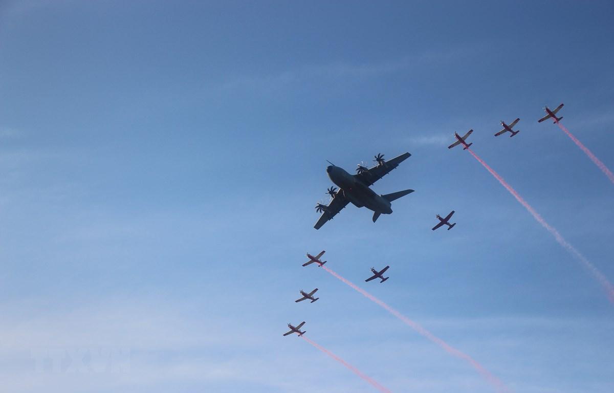 Đội hình máy bay ném bom và máy bay cường kích được trình diễn trong lễ khai mạc. (Ảnh: Hà Ngọc/TTXVN)