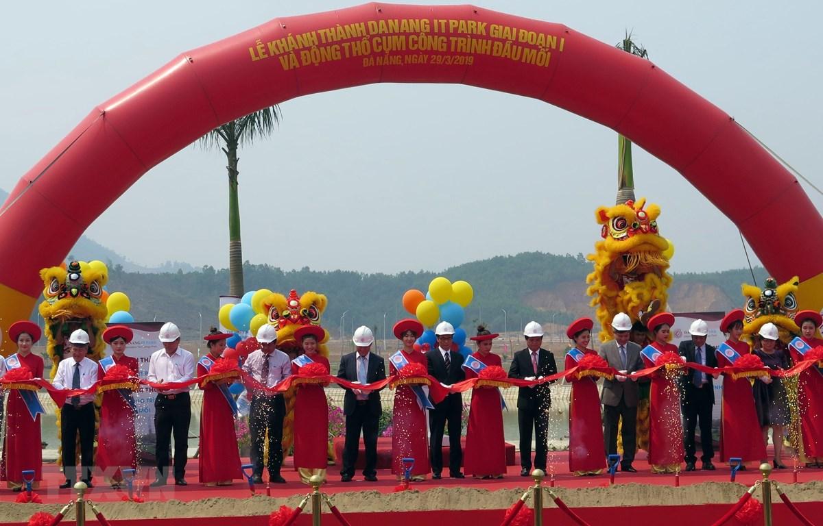 Các đại biểu cắt băng khánh thành Danang IT Park. (Ảnh: Nguyễn Sơn/TTXVN)