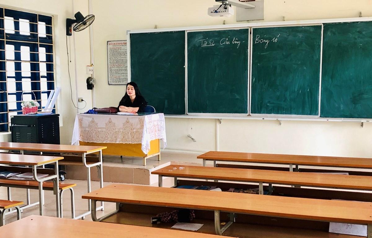 Giáo viên bộ môn Ngữ Văn đang ngồi chờ học sinh đến lớp. (Ảnh: Trung Nguyên/TTXVN)