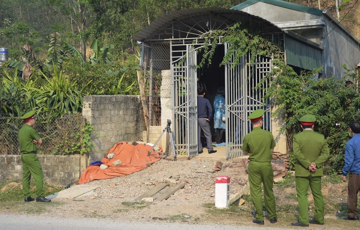 Công an tỉnh Điện Biên khám nghiệm ngôi nhà của đối tượng Bùi Văn Công và vợ là Bùi Kim Thu tại xã Thanh Nưa, huyện Điện Biên. (Ảnh: Võ Văn Dũng/TTXVN)