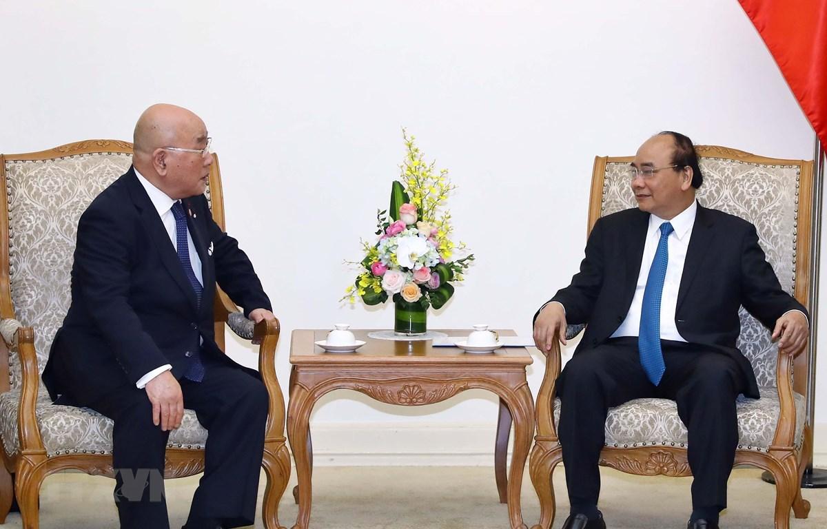 Thủ tướng Nguyễn Xuân Phúc và Cố vấn đặc biệt Nội các Nhật Bản Iijima Isao trong buổi tiếp. (Ảnh: Thống Nhất/TTXVN)