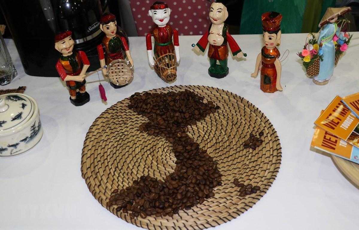 Một số vật phẩm Việt Nam trưng bày tại Hội chợ. (Ảnh: Quang Thịnh/TTXVN)