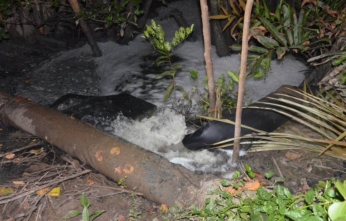 Nước thải xả ra môi trường. (Ảnh minh họa: Huỳnh Phúc Hậu/TTXVN)