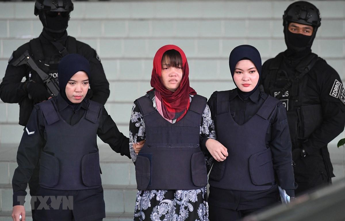 Cảnh sát áp giải Đoàn Thị Hương (giữa) rời Tòa Thượng thẩm Shah Alam ở ngoại ô Kuala Lumpur, Malaysia, ngày 14/3/2019. (Ảnh: AFP/ TTXVN)