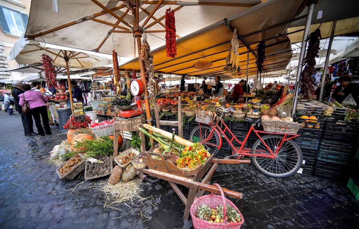 Người dân mua sắm tại một khu chợ ở Rome, Italy. (Ảnh: AFP/TTXVN)