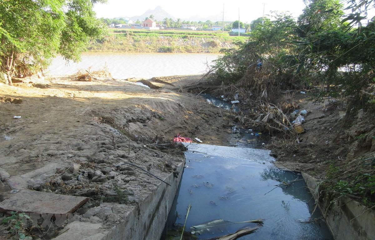 Nước thải xả ra môi trường. (Ảnh minh họa: Nguyễn Thành/TTXVN)