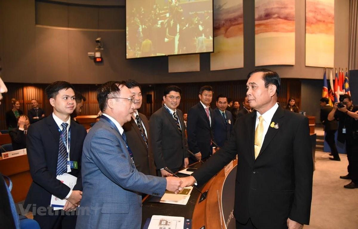 Thượng tướng Nguyễn Văn Thành và Thủ tướng Thái Lan Prayut Chan-ocha. (Ảnh: Sơn Nam/Vietnam+)