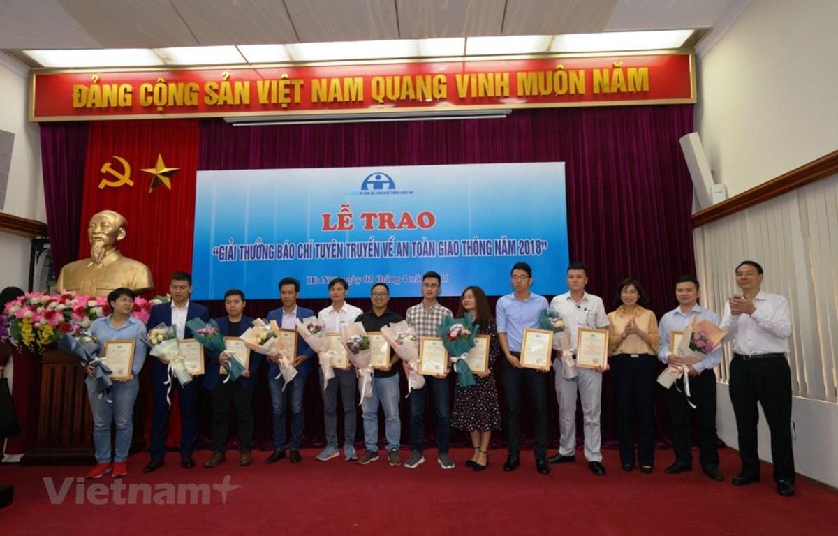 Các tác giả nhận giải ba. (Nguồn: PV/Vietnam+)