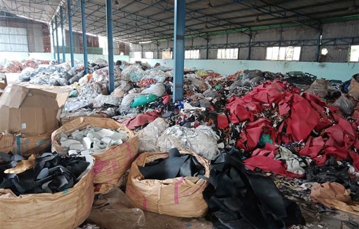 Hàng trăm tấn chất thải công nghiệp được đổ trộm vào khu nhà xưởng của ông Tuấn. (Ảnh: Sỹ Tuyên/TTXVN)