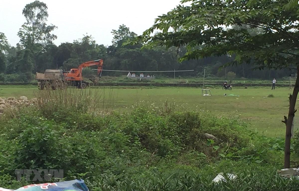 Sân bóng của thôn Dinh (xã Đầm Hà, huyện Đầm Hà, tỉnh Quảng Ninh)-nơi người dân phát hiện số lợn chết chôn không đúng nơi quy định tại đây. (Ảnh: TTXVN phát)