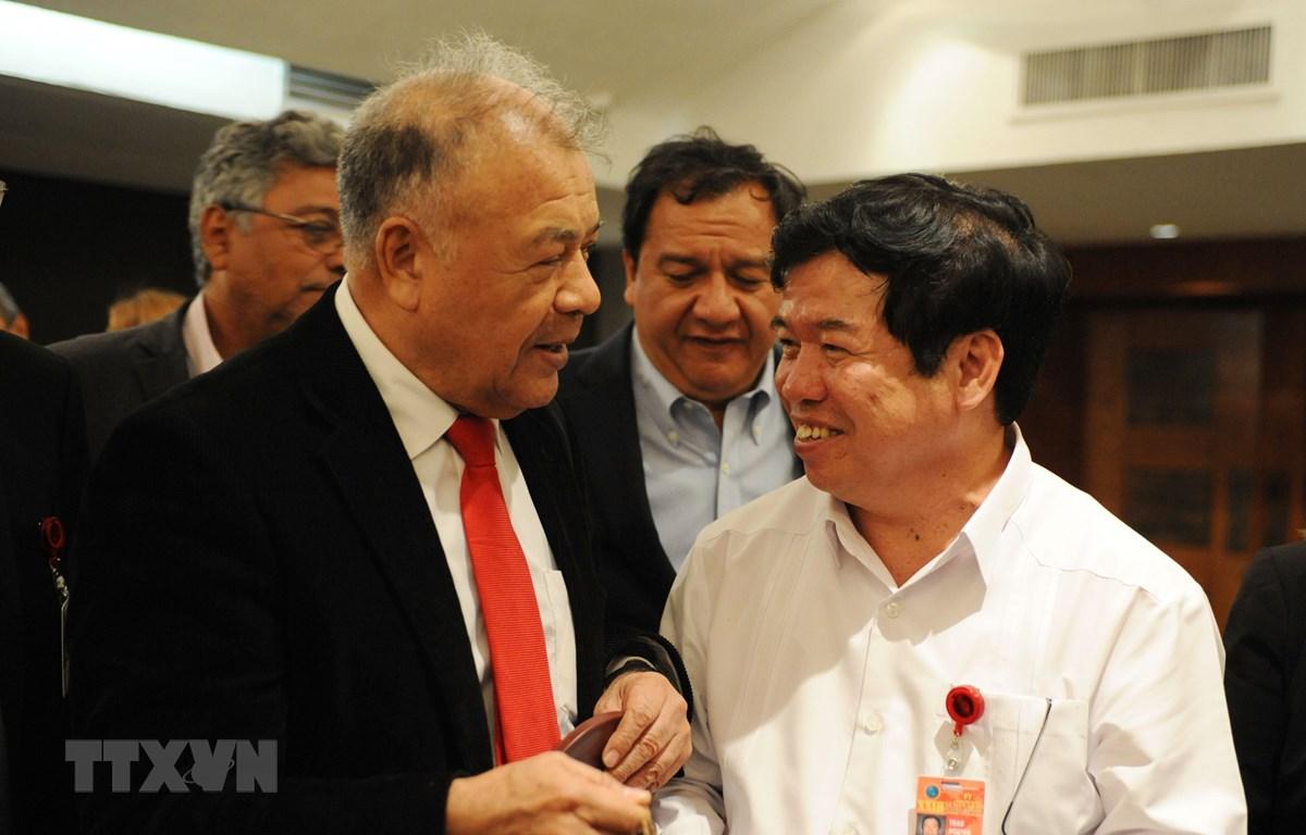 Tổng Bí thư Alberto Anaya và đồng chí Nguyễn Viết Thảo. (Ảnh: Việt Hùng/TTXVN)