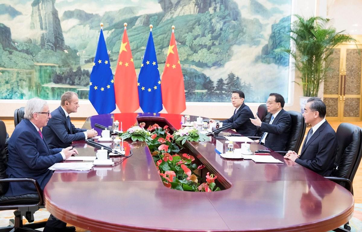 Thủ tướng Trung Quốc Lý Khắc Cường (giữa-phải), Chủ tịch Ủy ban châu Âu Jean-Claude Juncker (trái) và Chủ tịch Hội đồng châu Âu Donald Tusk (thứ 2- trái) tại cuộc gặp ở Bắc Kinh ngày 16/7/2018. (Ảnh: THX/TTXVN)